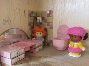 בית בובות - מקלחת